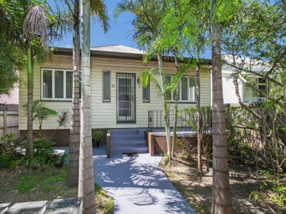 Two bedroom unit in leafy street - close to Brisbane City