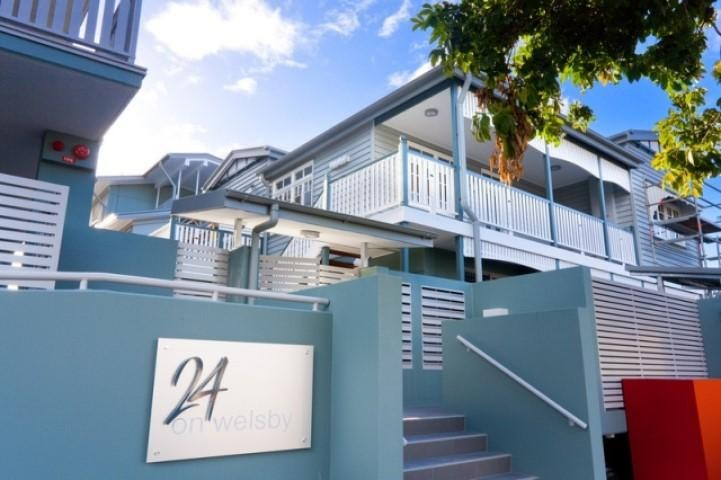 Large unit with huge balcony and secure parking - $430.00 pw
