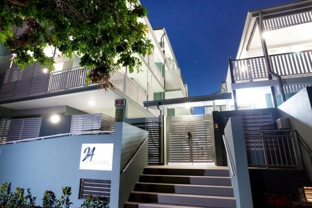 Ultra Modern 2 bdm 2 bthrm  Top Floor $450 P/W